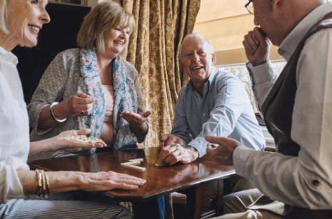 résidence pour senior en France : groupe d'amis
